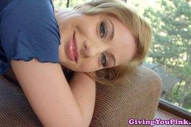 Блондинка Мэрилин не устает ласкать свое тело