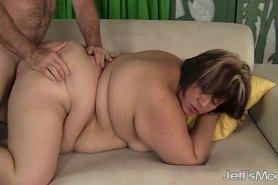 Жирную сучку трахает в разных позах
