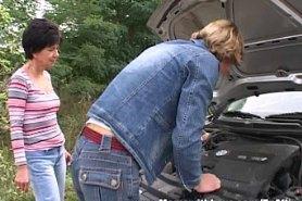 Трахает женщину после ремонта автомобиля