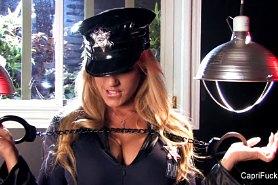 Capri Cavanni в роли полицейской