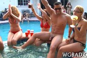 В бассейне разделись девушки со стриптизерами