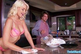 Блондинка отдалась на кухонном столе