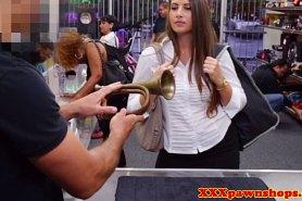 Спермой залил руки девушки после минета в магазине