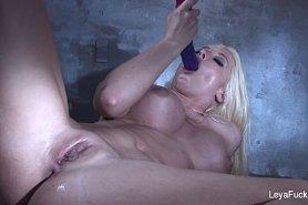 Соляк блондинки мастурбирующей свою пизду и анус