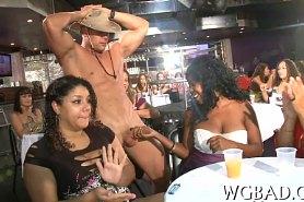 Женщины делают шикарный минет на вечеринке