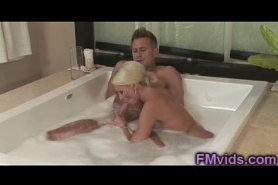 Сексульная парочка трахаются в ванной