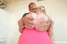 Ебет толстушку с невероятно громадными сиськами