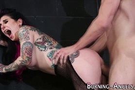Трахает экзотическую девушку в татуировках
