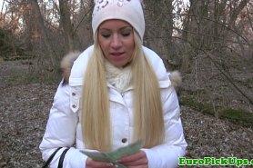 Милашка готова за деньги трахнуться в лесу