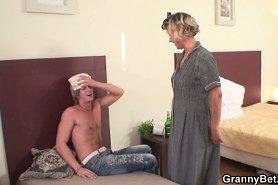 Зрелая уборщица вылечила парня сексом