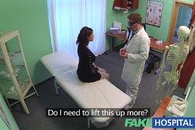 Хитрый доктор делает осмотр и трахает пациентку