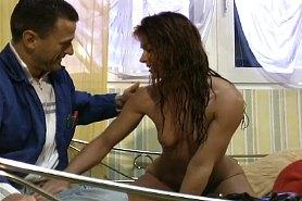 Домохозяйка встречает мужа голой