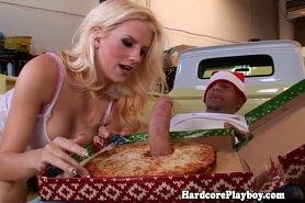 Грудастая телка износиловала разносчика пиццы