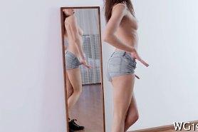 Танцует соло перед зеркалом