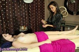 Массажистка делает чувственный массаж девушке