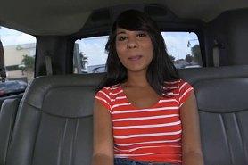 Горячая телка соблазнилась на секс в машине